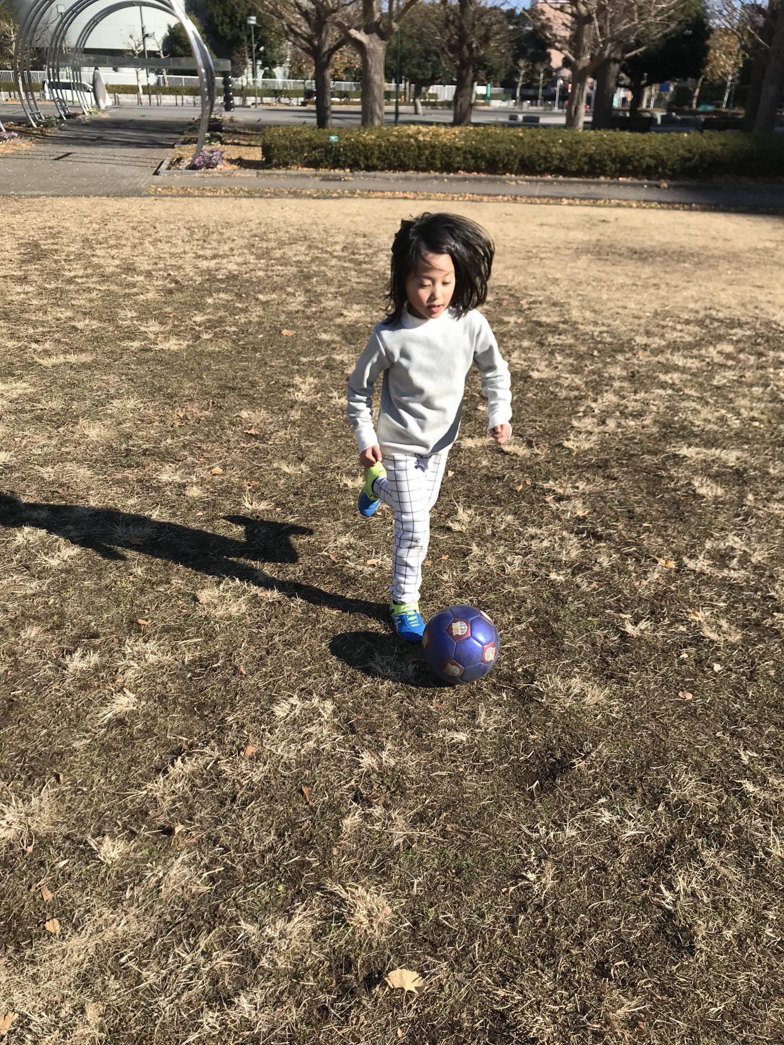 家族時間。笑いながらのサッカー猛特訓も楽しく癒されてます!